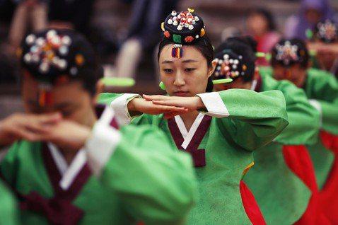 南韓長期存在男尊女卑與上下階級的現象,受制於在上位者的權力,或是在大環境仍對女性...