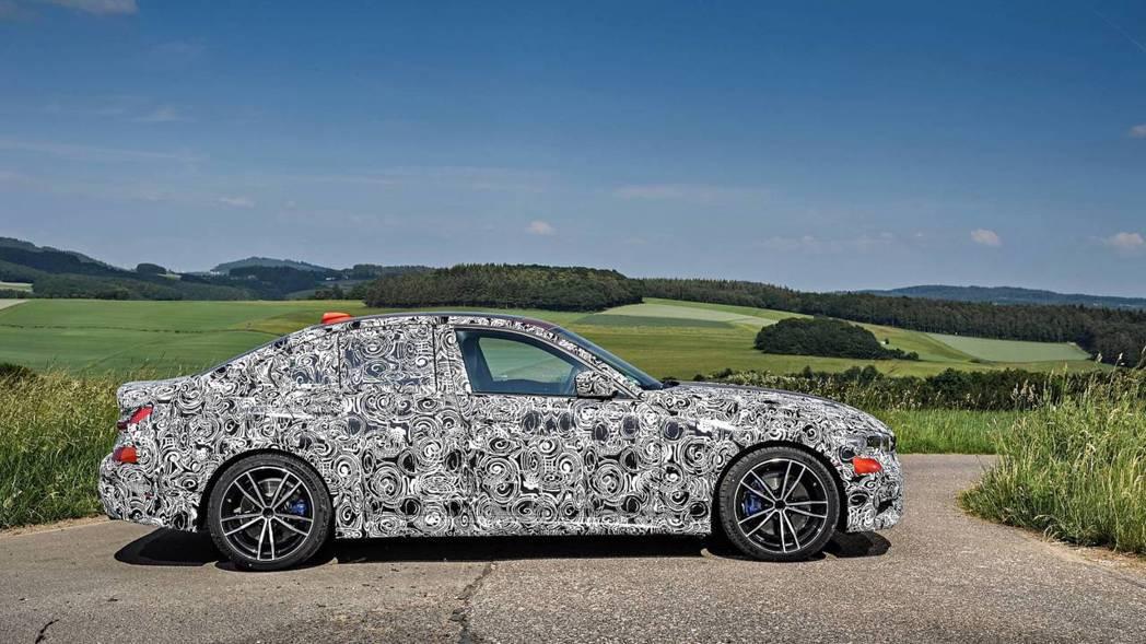 新世代BMW 3-Series官方測試偽裝照也將擁有50:50的重心比。 摘自B...