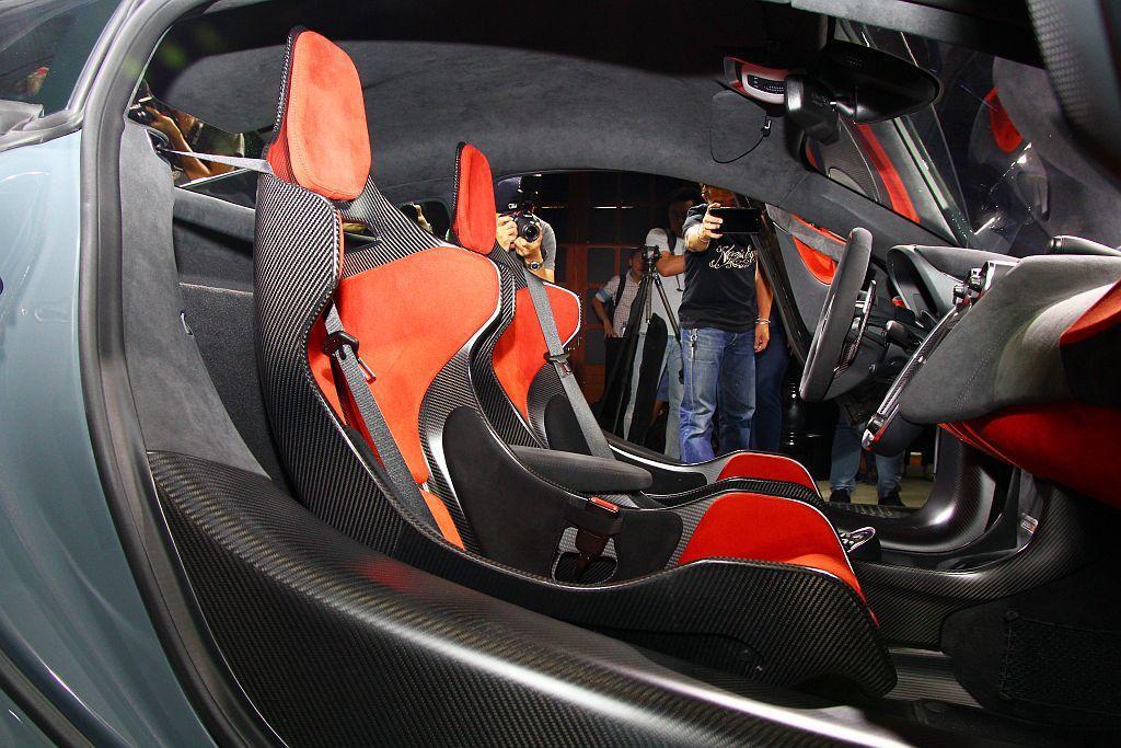 麥拉倫600LT連車內也極緻輕量化,配置獨特的碳纖維賽車桶椅。 記者張振群/攝影