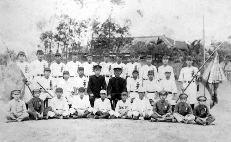 1942年當時出征的台北工業學校,球員們全都穿上漢字「北工」球衣。 圖/菊池...