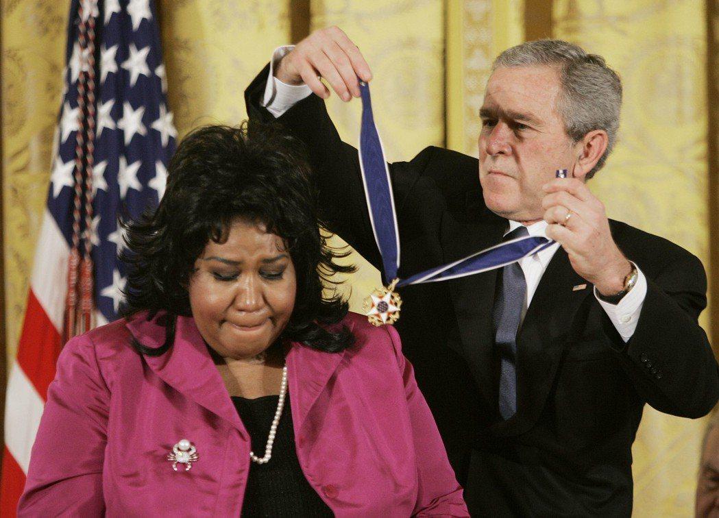 2005年,艾瑞莎從當時總統小布希手中得到公民最高榮譽的「總統自由獎章」 圖/美...