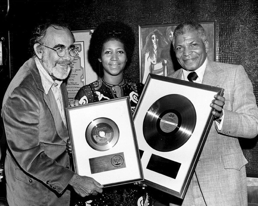 在音樂製作人韋斯勒(圖左)的操刀之下,艾瑞莎(圖中)的歌唱事業有爆發性的成長。 ...