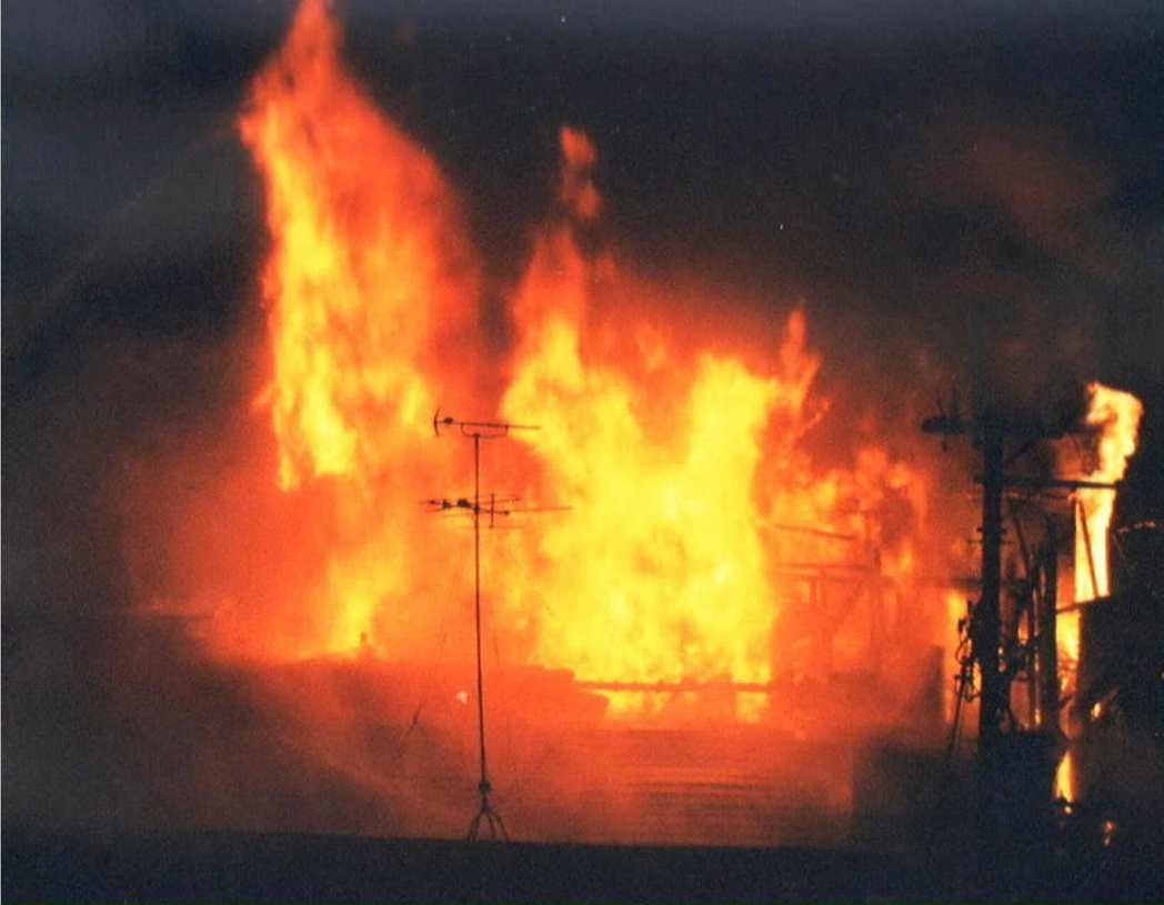 這場大火也顯示出過去台灣一樣也有的弊病,就是雜居大樓各自擺放雜物或是用裝潢擋住逃...