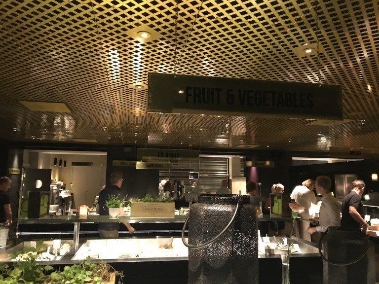 酒店早餐的取餐區設計是吧檯式,每個吧台上方都有吊牌,告訴你這是什麼主題,而這樣的...