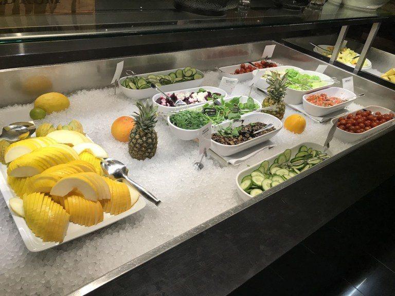 首先是水果蔬菜區,單是整個陣仗就有點嚇到我,這根本是亞洲Buffet風格啊 圖文...