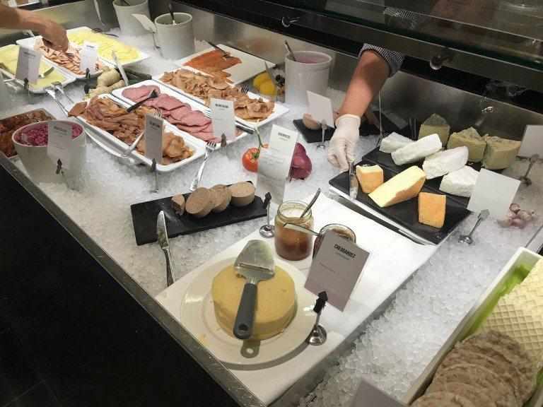 冷盤起司區,肝醬、燻鮭魚跟火腿都是不可或缺的 圖文來自於:TripPlus