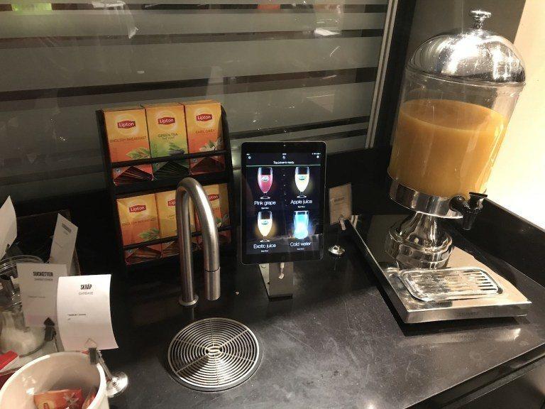 最酷的應該是這個iPad操控的隱藏飲料機,選擇完之後,旁邊的水龍頭就會流出飲料 ...