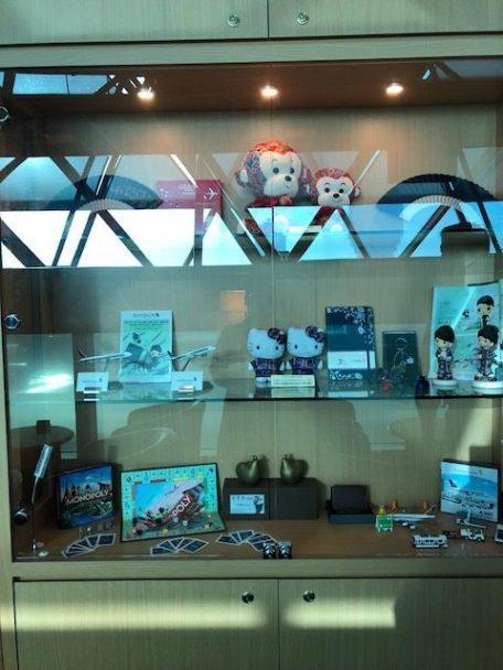 通道右側設有櫥窗,裡面擺設都是可以網購的新加坡航空相關小禮品 圖文來自於:Tri...
