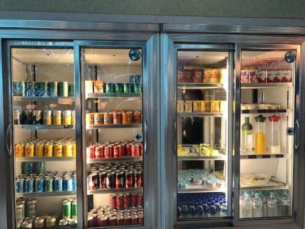 冰箱內飲料種類不少,也有新鮮果汁和切好的新鮮水果 圖文來自於:TripPlus