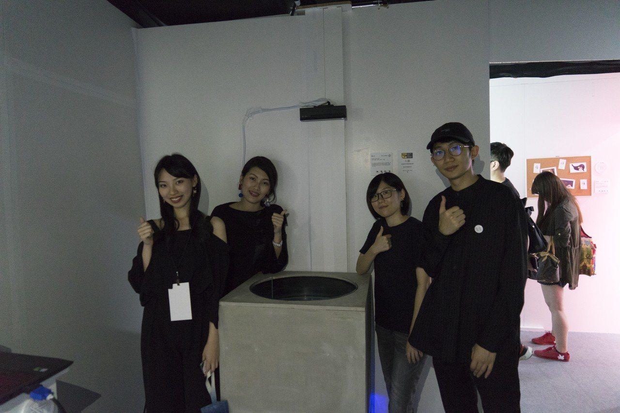 大同大學媒設系107級四位同學用互動裝置設計的「藍nâ」,將藍染藝術透過數位化,...