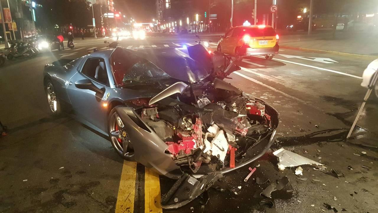 1輛造價1600萬的法拉利458超跑,今年初在台北市連撞2輛客運,法拉利車頭全毀...