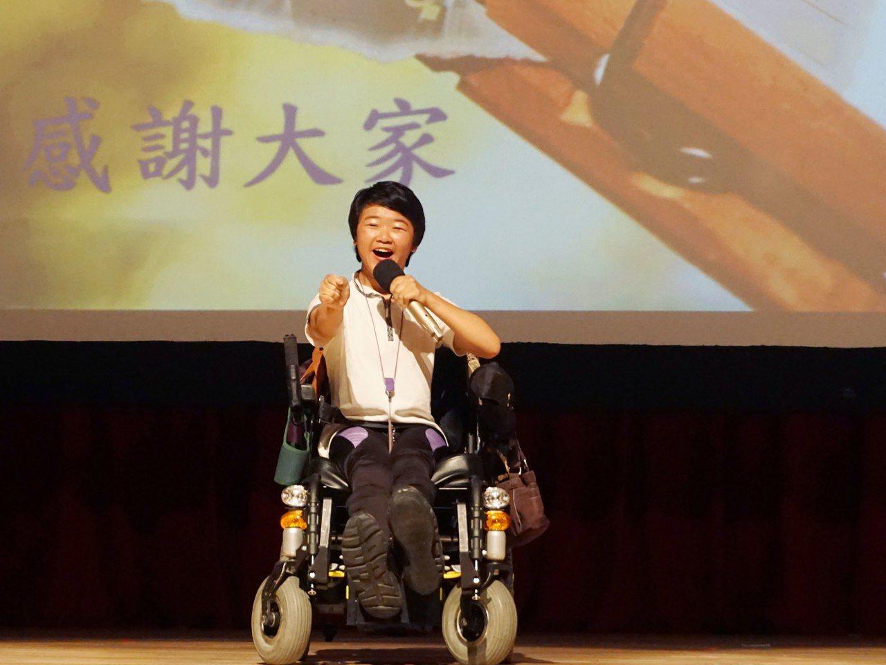 因患有腦性麻痺導致不良於行的芸芸,2歲時不會走路、也不會說話,現在她就讀台北海洋...