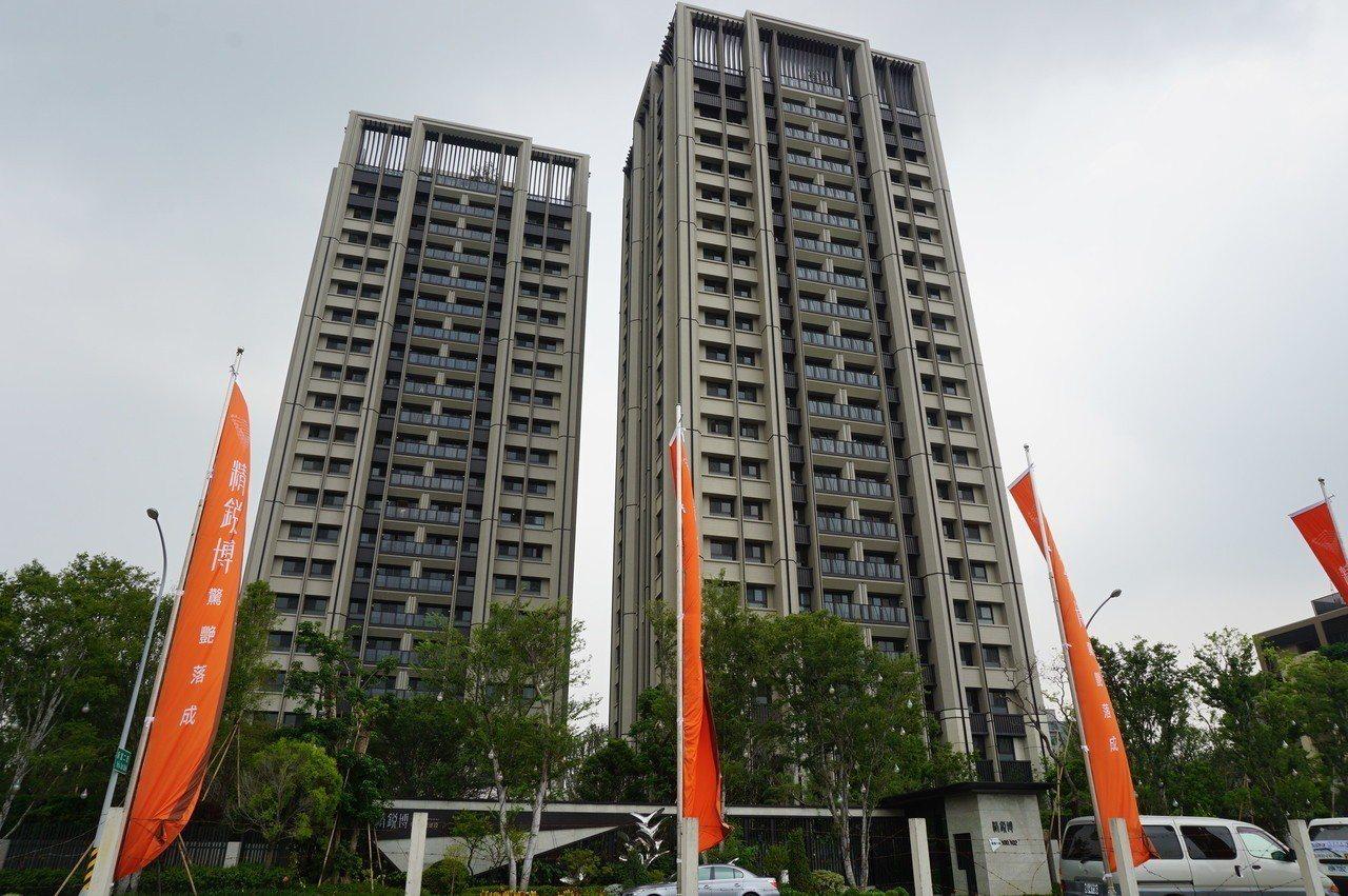 位於單元二的「精銳博」剛完工交屋,建商標榜「森林系建築」,買50坪房子就可擁有約...