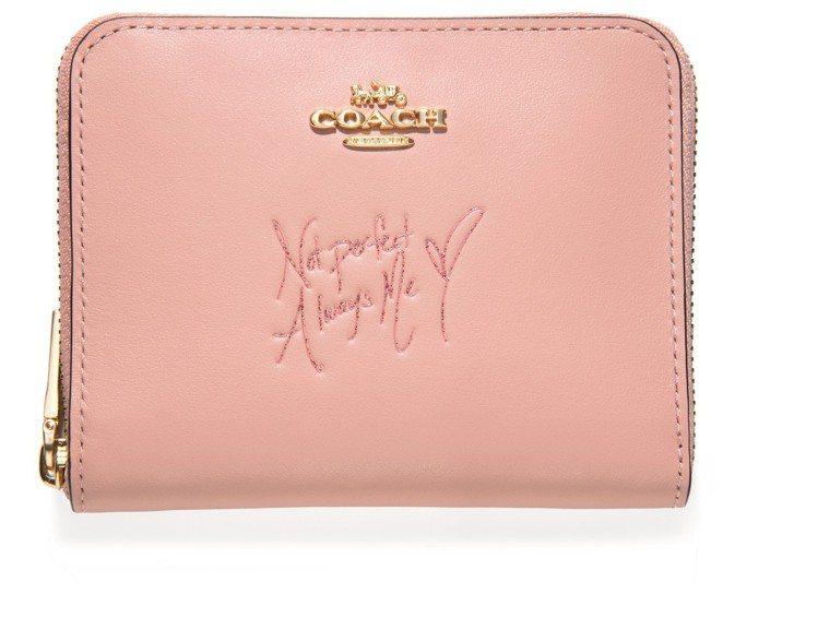 COACH x Selena Gomez手寫座右銘皮夾,售價5,900元。圖/C...