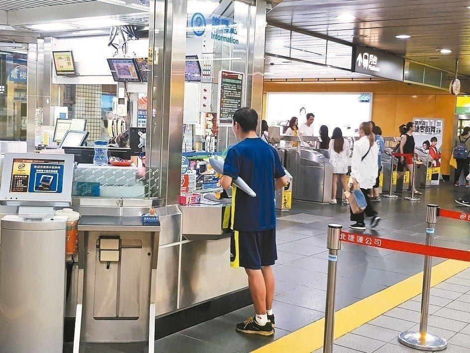 大台北地區4月啟用的1280元30天「吃到飽」公共運輸定期票,8月27日起也將開...