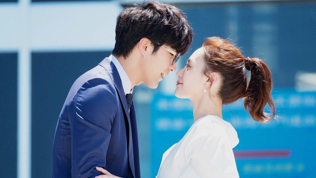鍾欣潼(右)與賀軍翔合作「動物系戀人啊」。圖/八大提供