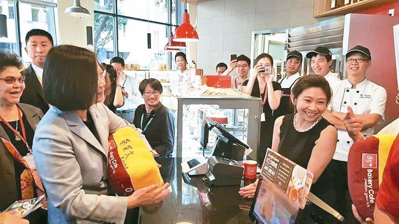 蔡英文總統到洛杉磯85度C喝咖啡及簽名,引起大陸網友指責是台獨企業,揚言抵制。圖...