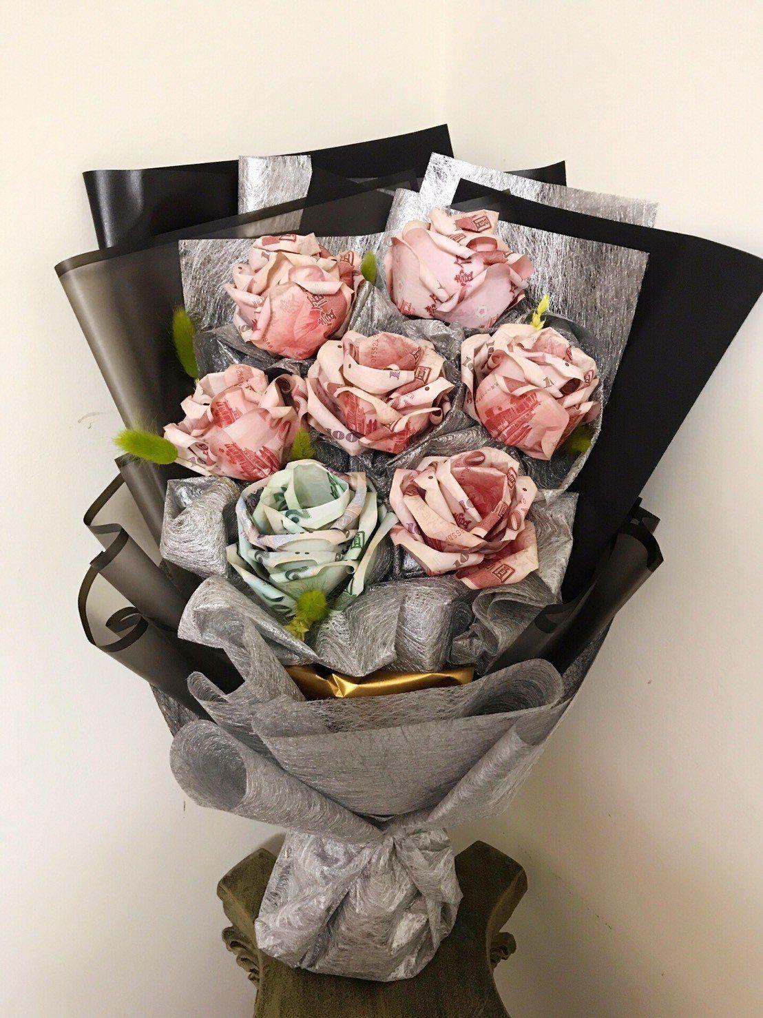 「有錢花」花束,一朵花需要六張紙鈔才能折成。圖/濱江花市竹東店提供