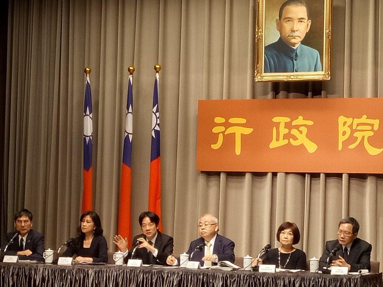 行政院長賴清德(左3)拍板,明年度中央政府總預算案歲出規模首次突破2兆元。記者林...