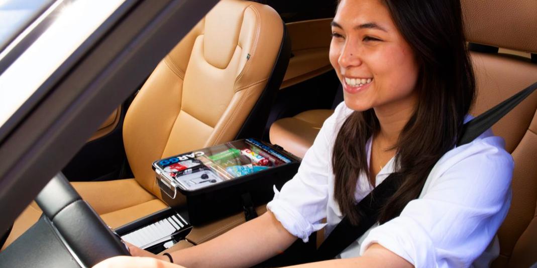 優步與製造小型販賣機的公司合作,提供在車內購買零食、手機充電器等產品的服務。圖/...