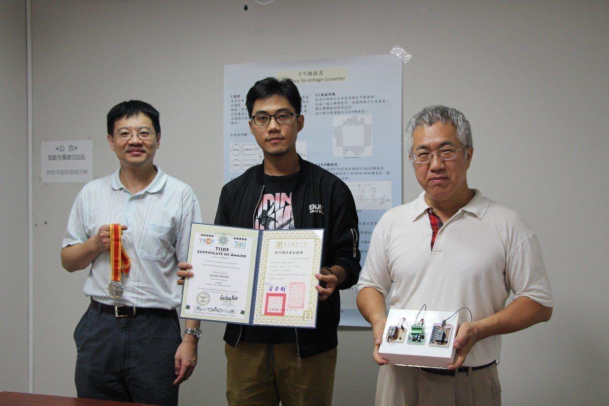 義大電機系參展獲得佳績,副教授吳榮慶(右)、張恩誌(左)指導兩組學生獲得銀牌肯定...