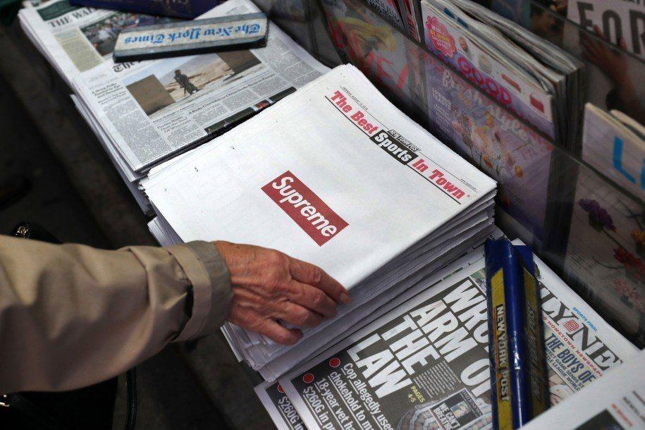 知名潮牌「Supreme」買斷《紐約郵報》頭版廣告,吸引大批狂熱粉絲採購。翻攝 ...