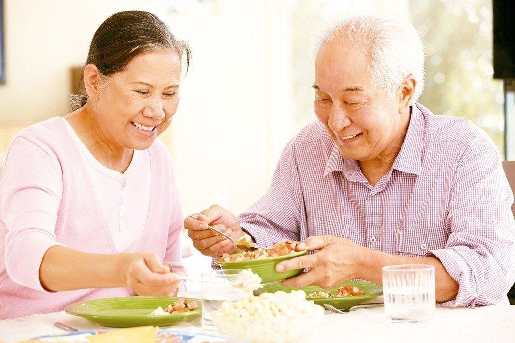 台灣腸癌病友協會理事長陳鴻華表示,根據統計有三到八成的癌友會出現體重下降的情況,...