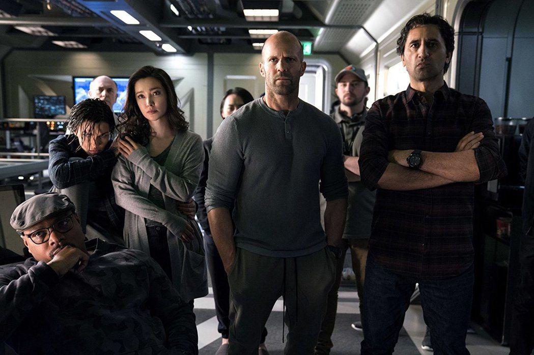 傑森史塔森領軍各國影星一起主演「巨齒鯊」。圖/摘自imdb