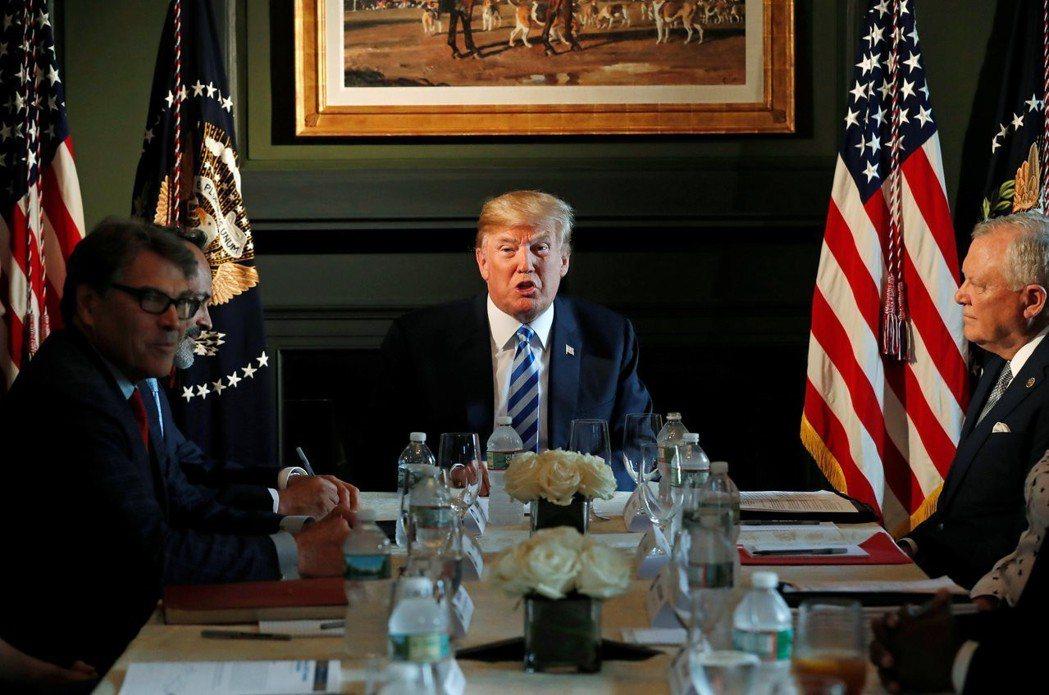 川普(中)9日在新澤西州自家高爾夫俱樂部與多名州長召開圓桌會議,討論獄政改革。 ...