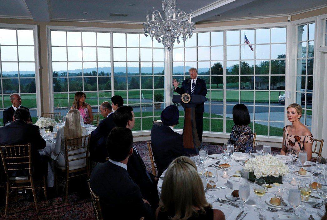川普(圖中站立者)7日在新澤西州自家高爾夫俱樂部宴請企業領袖。 (路透)