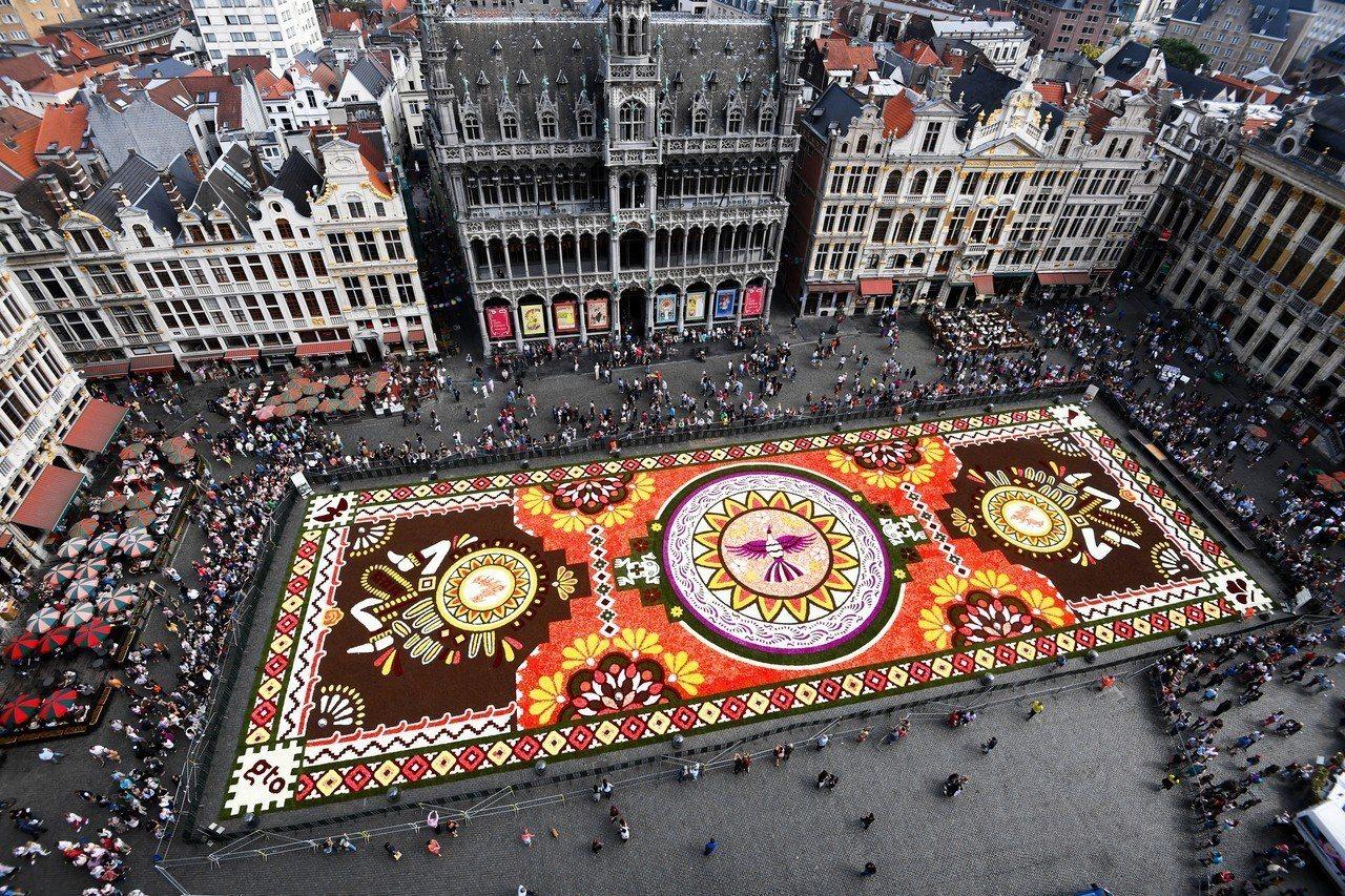 布魯塞爾花毯節16日登場,碰上歐洲熱浪不利花卉生長,讓主辦單位傷透腦筋。 歐新社