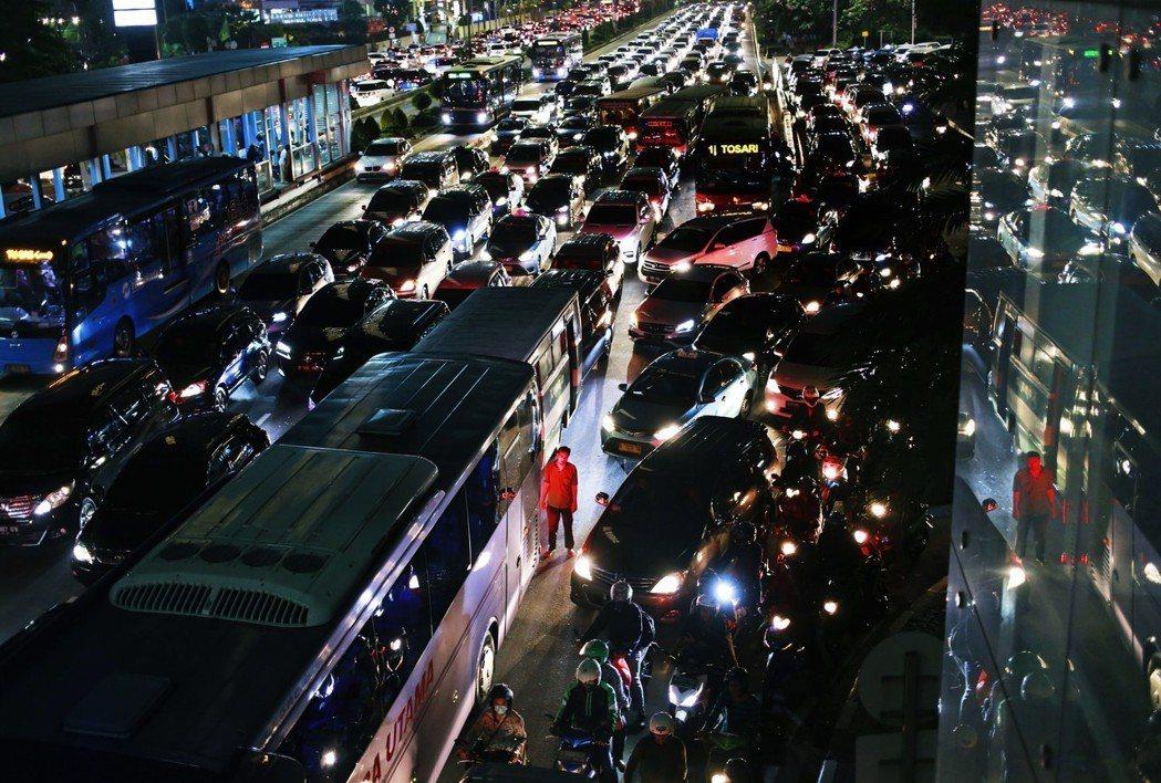 生命就浪費在塞車:雅加達絕望的交通堵塞 圖/美聯社