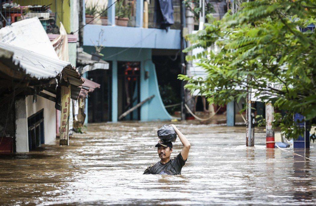 雅加達歷經長年水患、地層下陷、以及未來又要面對海平面上升的沉沒危機。 圖/歐新社