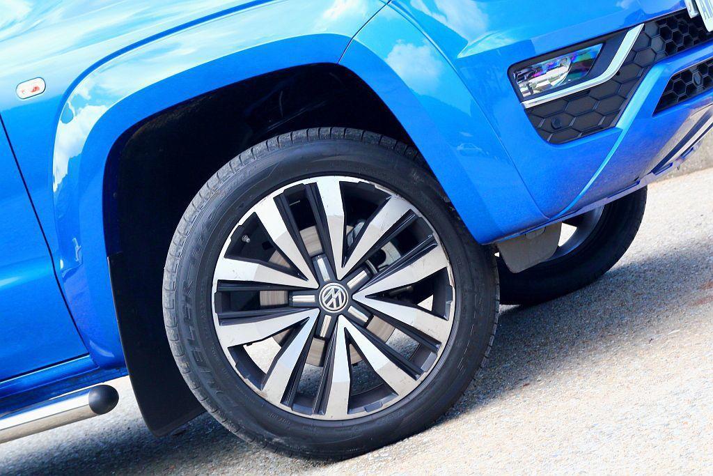 20吋雙色輪框搭配普利司通Dueler H/P Sport運動胎款,若大多時間都用於越野路面,就浪費了這條胎的使用定位,加上低扁平比的設定也輪框刮花的機率也增加許多。 記者張振群/攝影