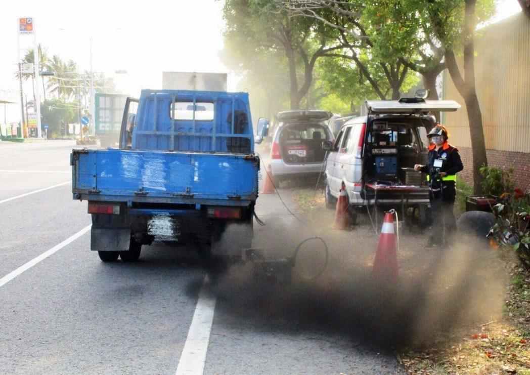 台南市環保局今年啟動空污品質不良應變措施並成立防制指揮中心,加強路邊汽機車排汽稽...