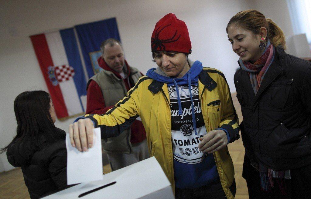 2013年克羅埃西亞發起「愛家公投」,一對同性伴侶前來投下她們的一票。 圖/路透...