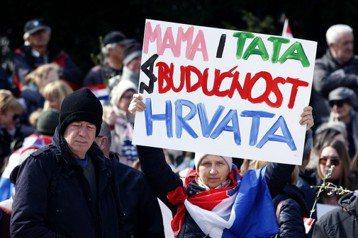 「一父一母,克羅埃西亞才有未來!」一名克羅埃西亞女性手舉標語抗議政府簽下伊斯坦堡公約,認為此舉將嚴重破壞天主教傳統的家庭價值。 圖/美聯社