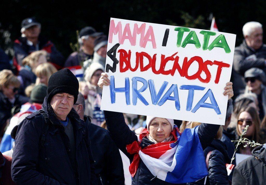 「一父一母,克羅埃西亞才有未來!」一名克羅埃西亞女性手舉標語抗議政府簽下伊斯坦堡...