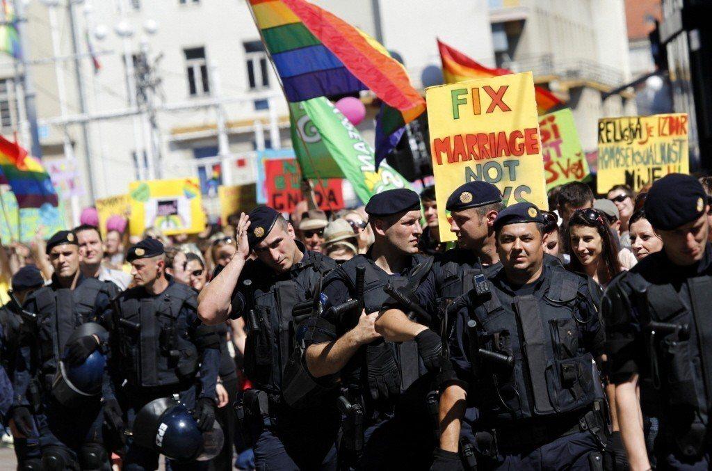 圖為2012年於克羅埃西亞首都札格瑞布發起的同志遊行,四周皆有警察戒護以防暴力滋...