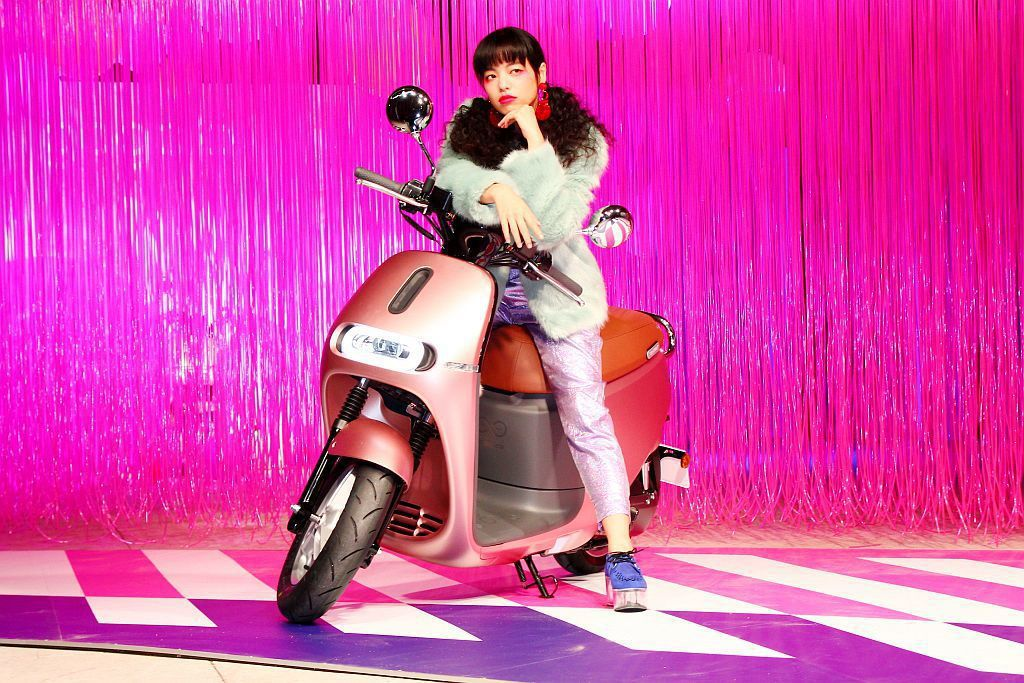 Gogoro 2 Delight特別設計的12吋輪圈,對女生來說高度剛剛好,讓車...