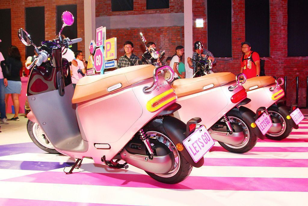 Gogoro 2 Delight運用大膽的金屬色澤,特調出第17號新色「粉紅突擊...