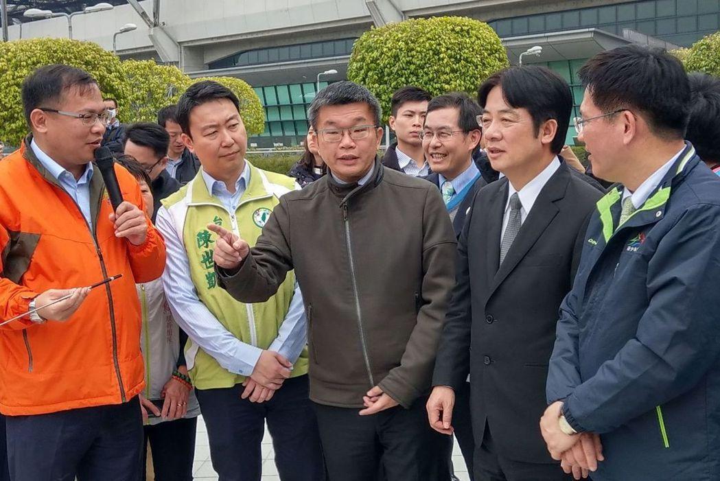 台中市長林佳龍(右一)尋求連任,找來立法院副院長蔡其昌(左三)擔任競選總部主委。...