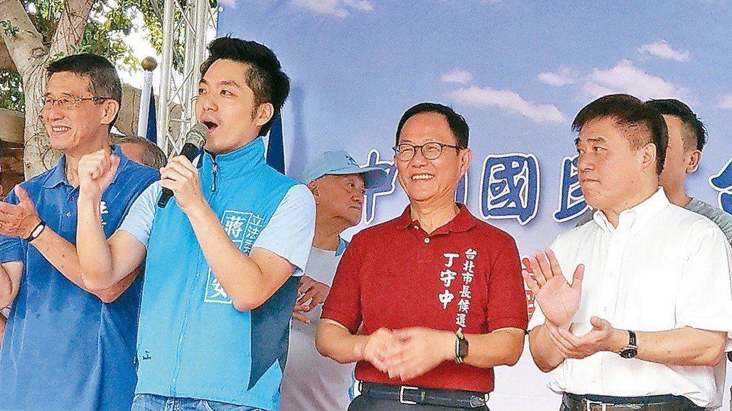 立委蔣萬安(左二)擔任丁守中(左三)競選總部副主委,表示會用最大力量助丁贏得勝選...
