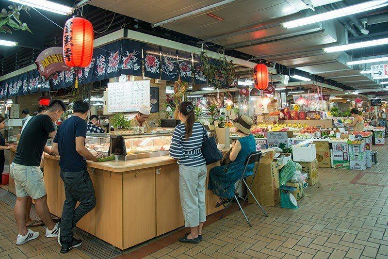 丸隆是市場裡的老魚攤,兼做立吞日式料理大受歡迎。  攝影|行遍天下