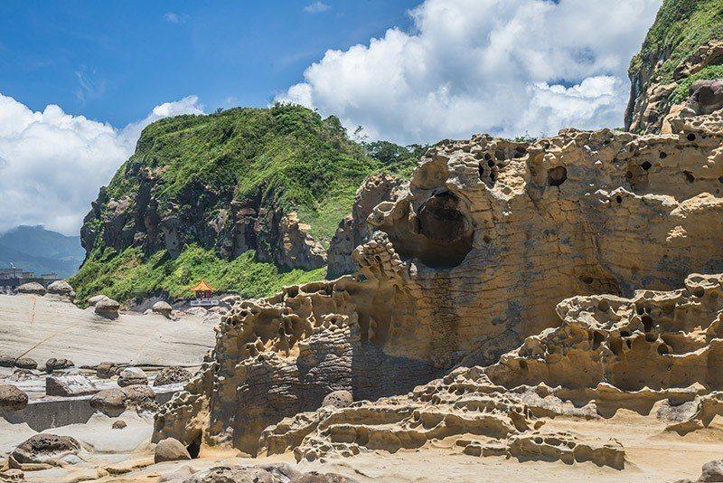 岩石被侵蝕得凹凸崎嶇,有的像豆腐般一格格的排列,有的像人臉躲在沿岸的礁石中  攝...