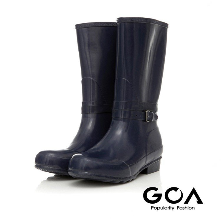 GOA 飾釦造型亮面兩穿長筒雨靴。圖由廠商提供。