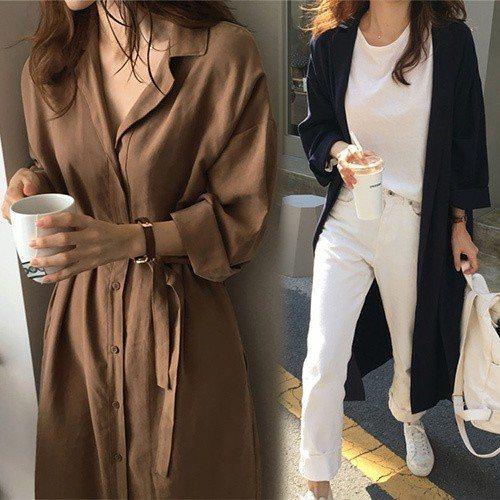 【韓國K.W.】百搭純色翻領風衣長外套。圖由廠商提供。