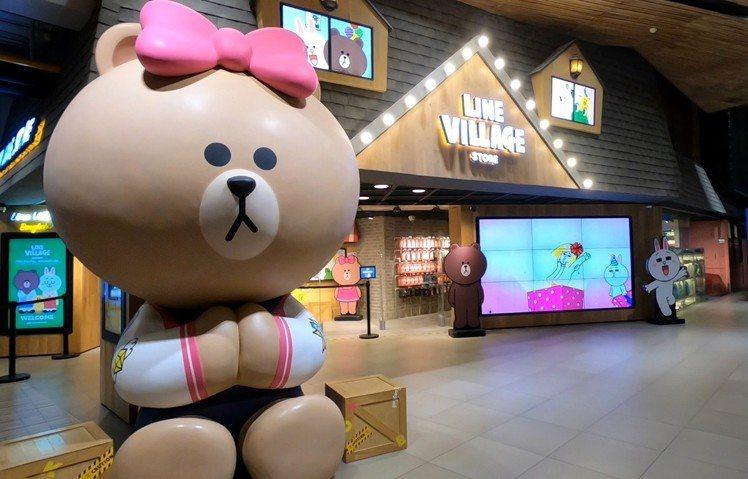 超大隻的CHOCO比著泰國經典「SAWASDEE」手勢。圖/記者張芳瑜攝影