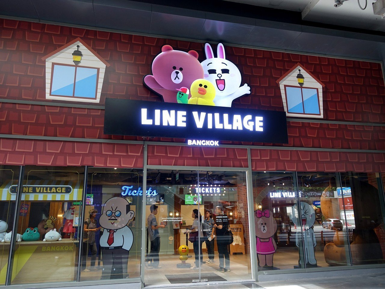 LINE VILLAGE就在Siam站4號出口。記者張芳瑜/攝影