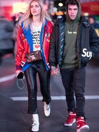 Chiara Ferragni跟未婚夫Fedez在一起的時候則偏好率性街頭風穿搭...